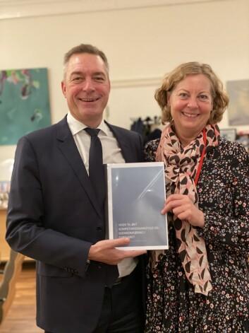 Forsvarsminister Frank Bakke-Jensen fikk overlevert delrapporten fra utvalgsleder Berit Svendsen (Foto: Forsvarets forum).