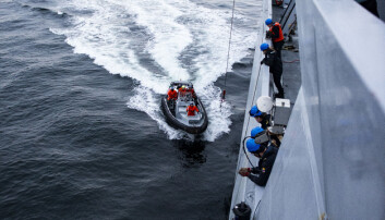 Mannkapet om bord på KNM «Otto Sverdrup» gjør klart til å heise en Sjøbjørn-lettbåt om bord.