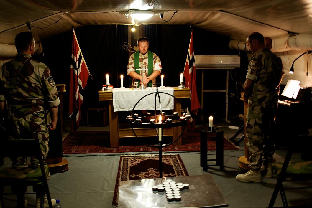 Feltprest og Major Knut Espen Høidal holder minnegudstjeneste etter terrorangrepet mot Norge 22. juli 2011, i Camp Nidaros utenfor Mazar e-Sharif i Afghanistan. Foto: Dag Rydmark, Forsvaret
