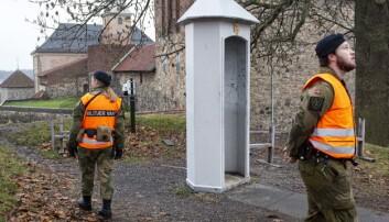 Vaktsoldatene passer på ved flaggstangen på Akershus festning, der det tidligere var en gardist som holdt vakt.