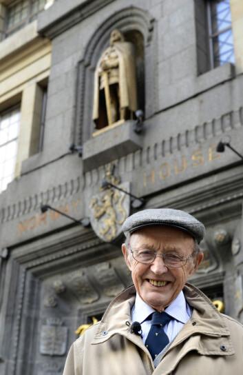 Her er Ragnar Ulstein utanfor Norway House ved Trafalgar Square i London, hvor den norske overkommandoen holdt til. Foto: Erling Eikli