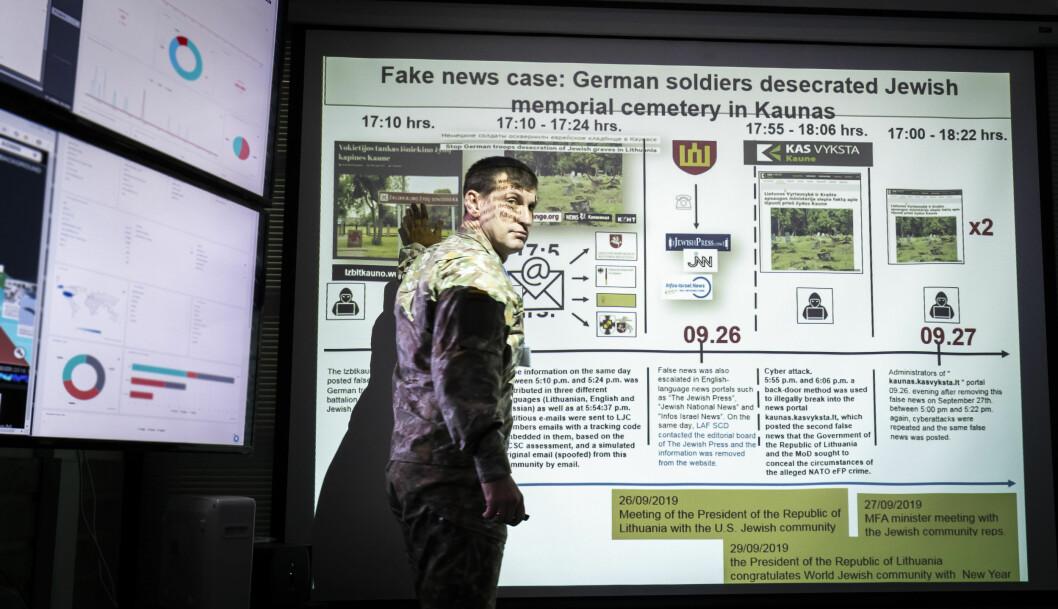 Oberstløytnant Eugenijus Lastauskas, som leder avdelingen for Strategisk kommunikasjon i det litauiske forsvaret forklarer hvordan en falsk nyhet kan spre seg. Foto: Werner Juvik