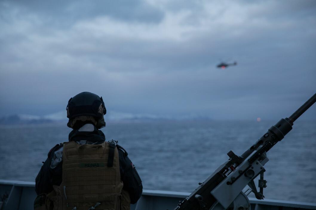 En soldat på fregatten KNM Thor Heyerdahl ser mot et NH90-helikopter under øvelse FLOTEX i Nordland. Foto: Julie Haugen / Forsvaret