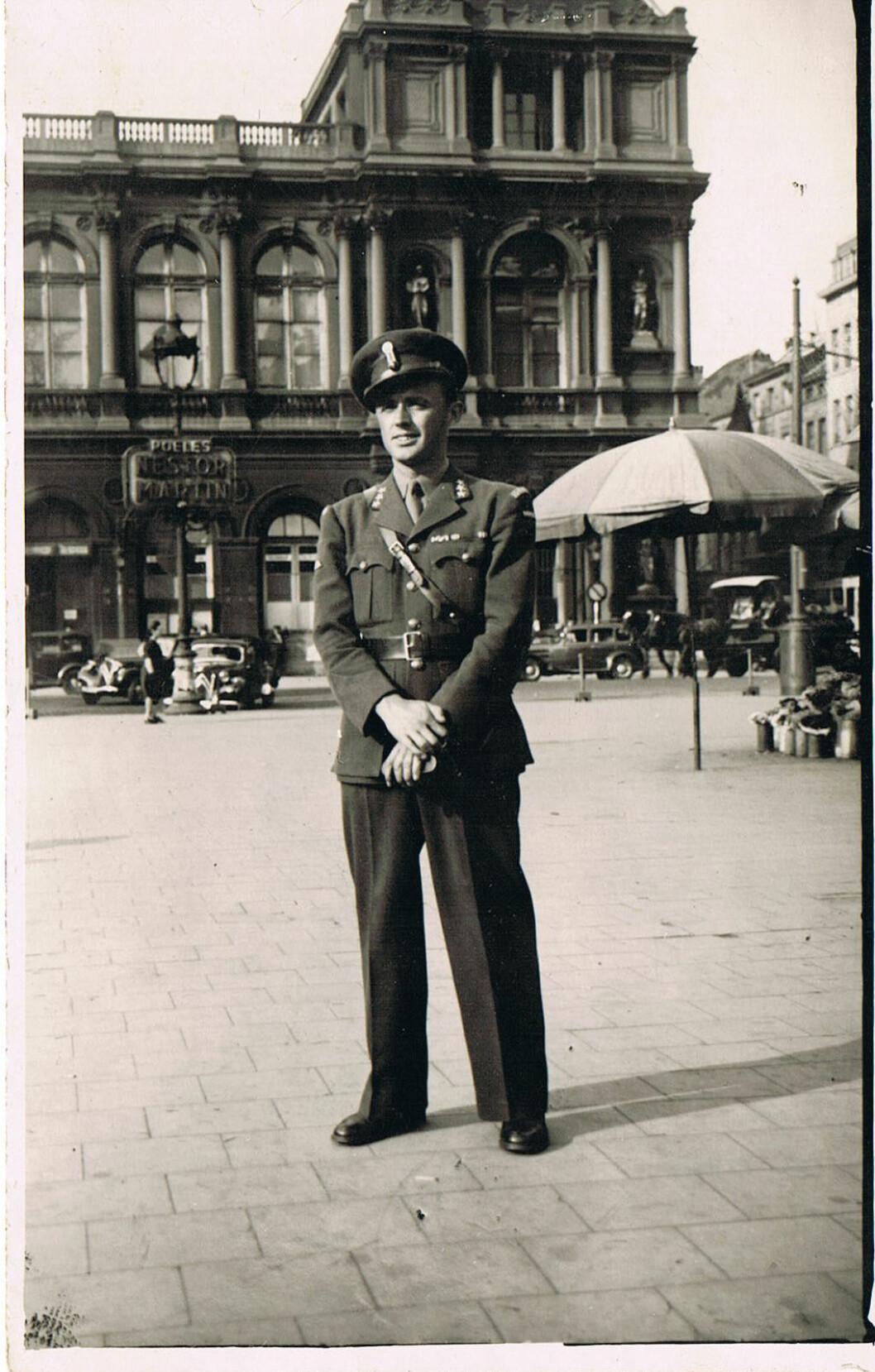 Den nyopna personalmappa til krigshelten fortel om ein usikker ung rekrutt i Kompani Linge. Men sommaren 1943 skjedde det noko som endra oppfatninga av den unge sunnmøringen.