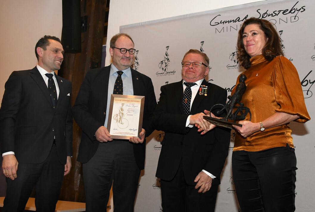 PRIS: Kristin Skogen Lund stod for overrekkelsen av Sønstebyprisen til Kristian Bergsund. Til venstre er styreleder Asbjørn Lysgård og Petter Ringen Johannessen.