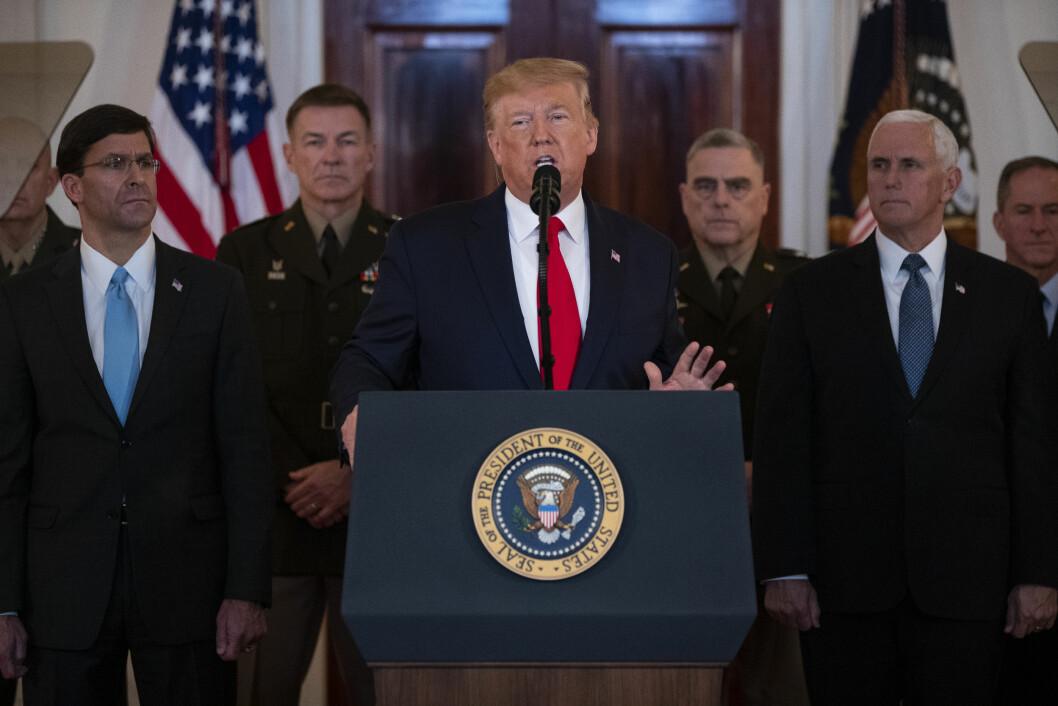 USAs forsvarsminister Mark Esper (til venstre) sier han ikke har sett noe konkret bevis for at Iran planla angrep mot fire amerikanske ambassader. (AP Photo/ Evan Vucci)\n\n