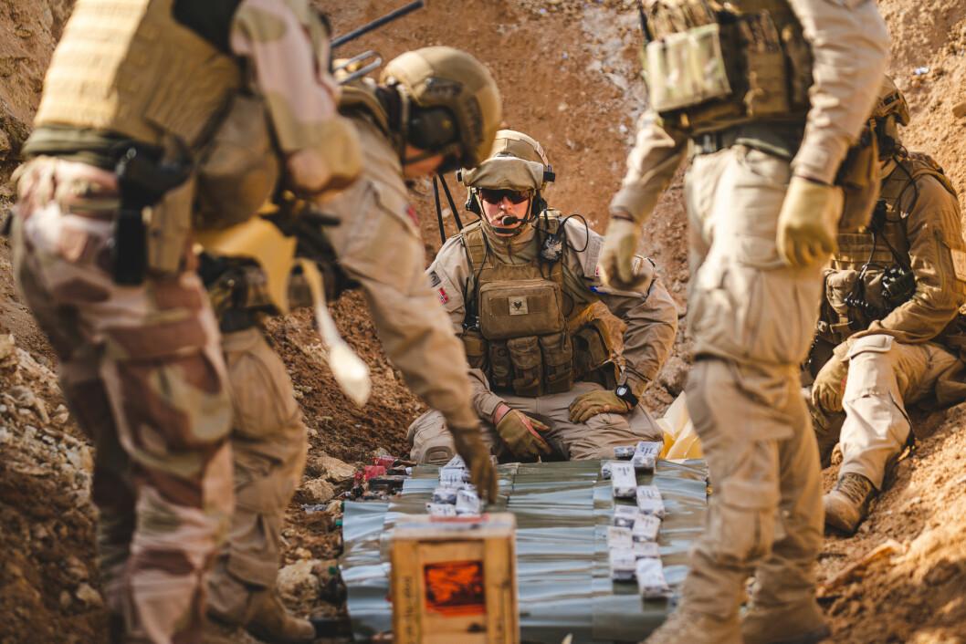 Soldater fra Norwegian Task Unit 5 i Irak klargjør for å destruere beslaglagt materiell fra ISIL, i desember 2019. (Foto: Ole-Sverre Haugli/Forsvaret)