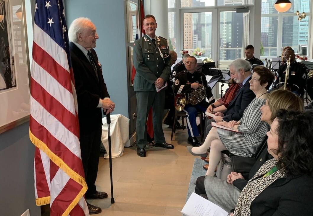 Den 99 år gamle krigsveteranen Eugene Polinsky fikk Deltakermedaljen i New York mandag.