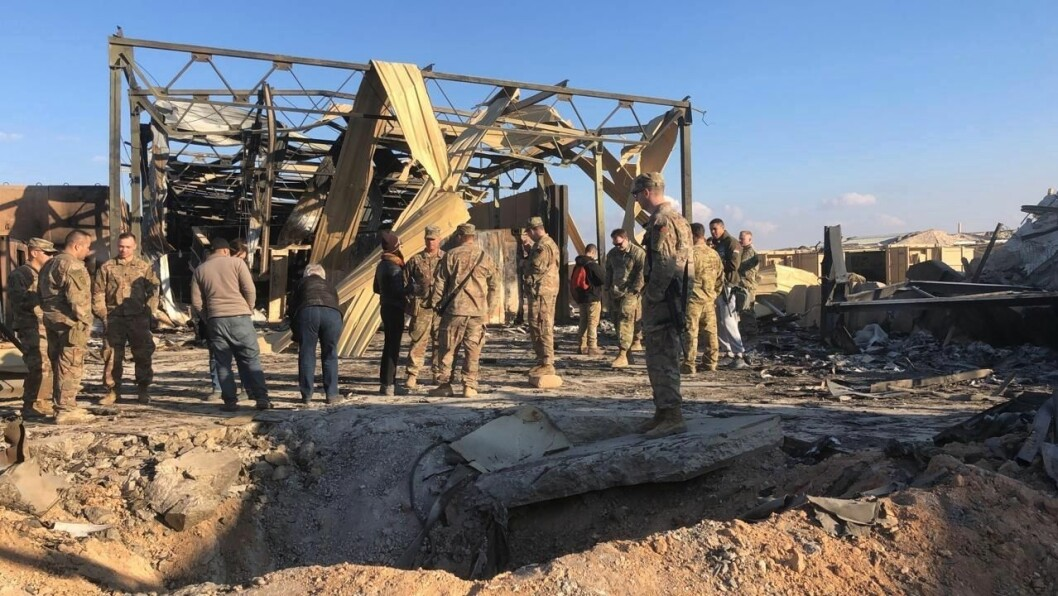 Slik ser det ut der ett av de iranske missilene slo ned under angrepet mot militærleiren Ain al-Assad basen. (AP Photo/Qassim Abdul-Zahra)
