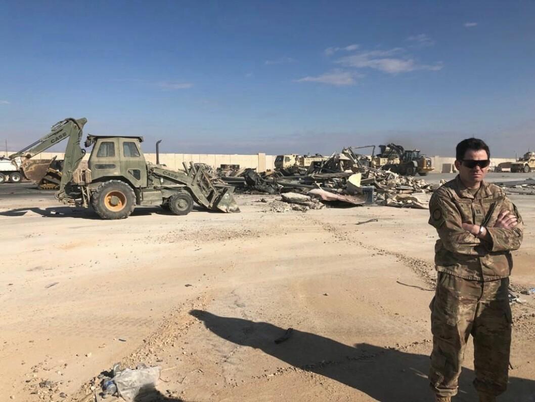 Opprydning etter skadene på militærbasen Ain al-Assad etter det iranske missilangrepet. (AP Photo/Ali Abdul Hassan)