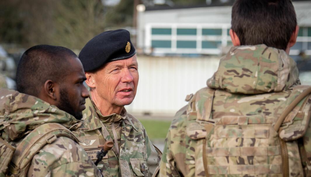 Den danske forsvarssjefen Bjørn Bisserup under et besøk i Ingeniørregimentet i april 2019.