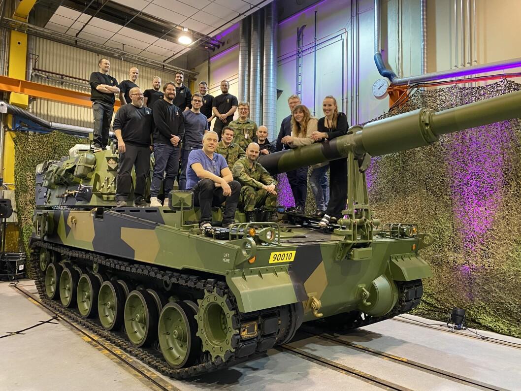 Denne gjengen er Forsvarets tekniske kompetanse på den nye K9-vognen. De jobber ved Forsvarets verksted Bjerkvik. Foto: Jonny Karlsen/Forsvarets forum