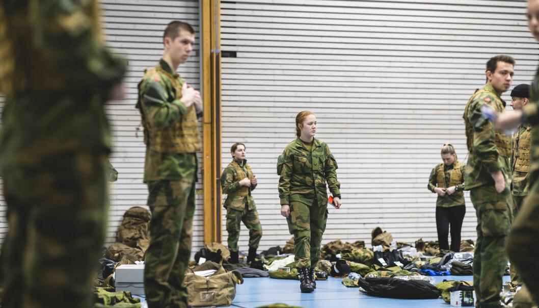 KONTROLL: Visekorporal Line Fløttum (22) i Sambandsbataljonen dirigerer telling av de nylig utdelte uniformene til rekruttene som akkurat er ankommet.