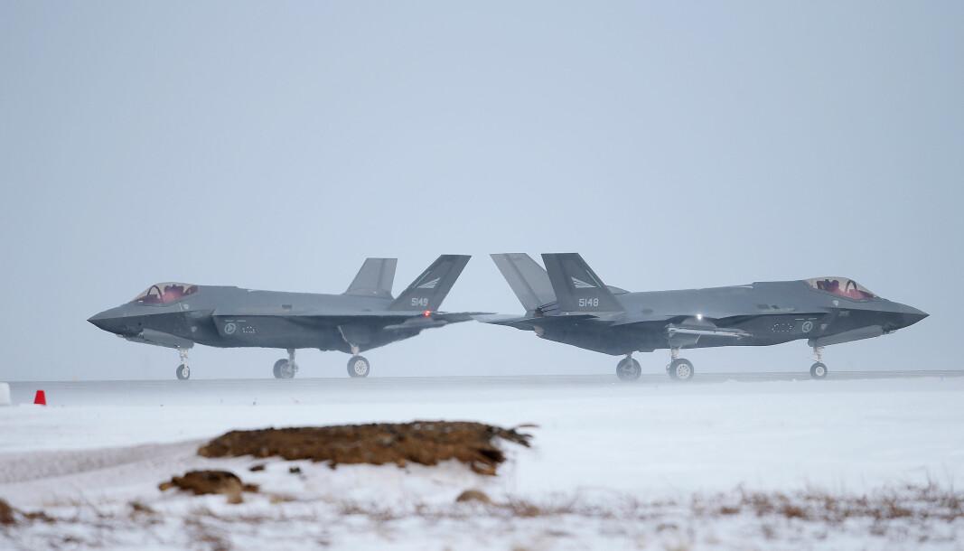 KAMPFLY: Vi kan ikke bare støtte oss på kostbare kampfly, skriver Oddmund Hammerstad. Her ser vi to norske F-35-fly ved Keflavik lufthavn på Island.