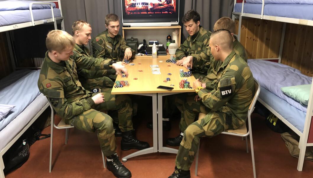 Simen Alexander Strømstad, bataljonstillitsvalgt for Ingeniørbataljonen, fremst til høyre forteller at de lærer hverandre å kjenne - på godt og vondt. Foto: Privat\n