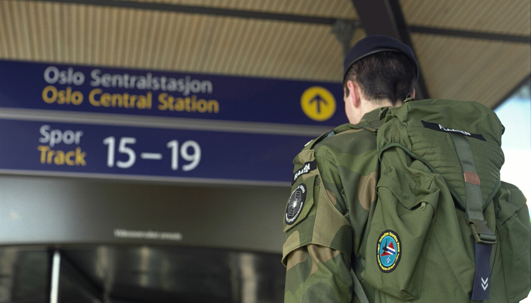 IMA ser med bekymring på den økende smittetrenden blant unge og i flere kommuner i Norge, og vurderer nå om det vil være forsvarlig å sende soldater hjem på permisjon.