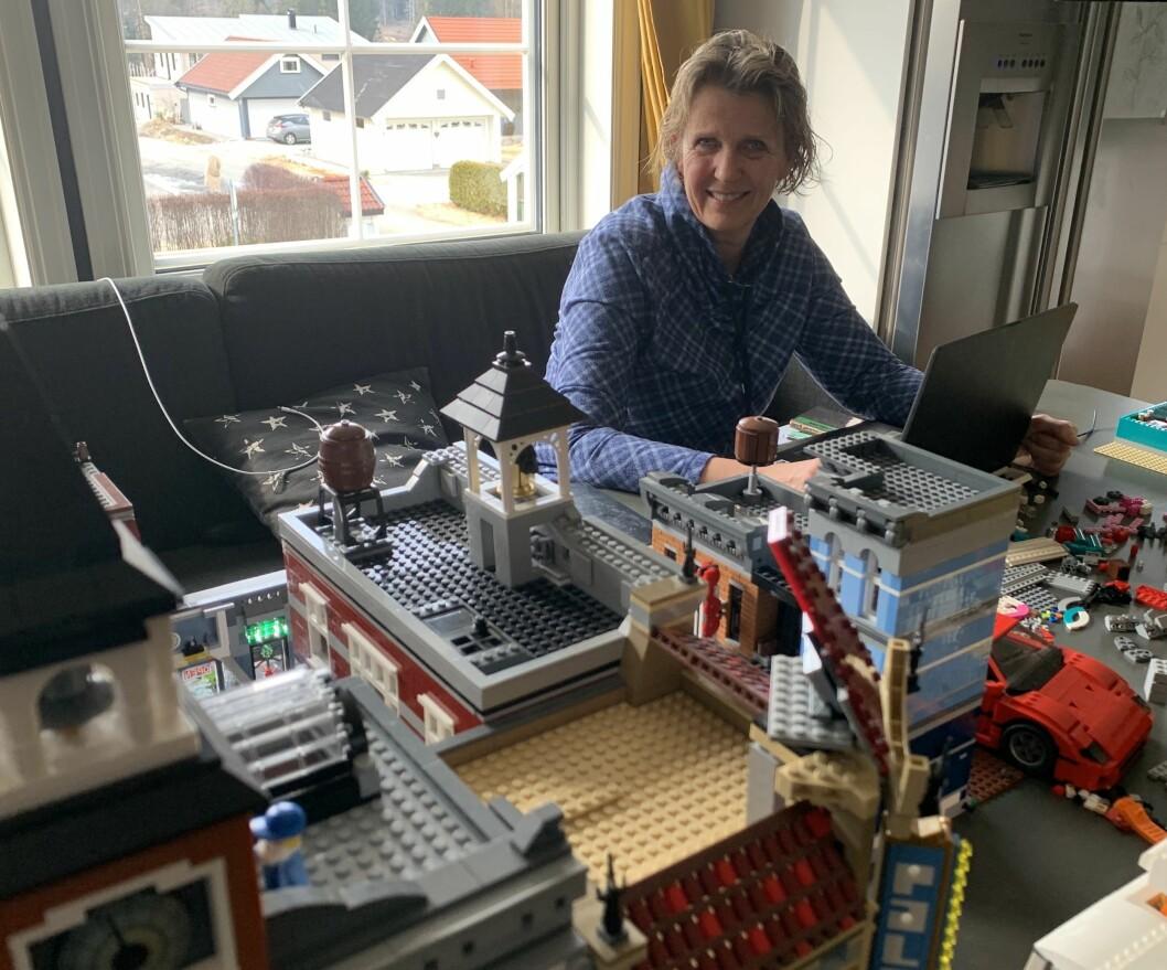 HV-sjefen jobber hjemmefra blant barnas legoklosser. Foto: Privat.