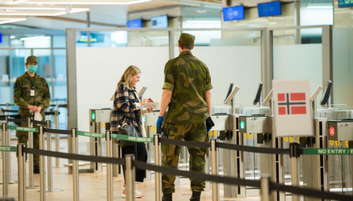 Soldater fra HV-02 støtter det sivile samfunn med forskjellige oppgaver på Gardermoen flyplass i forbindelse med koronautbruddet.