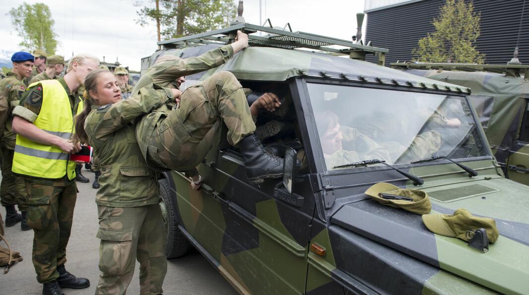 Bildet er fra et tidligere soldatarrangement og en konkurranse om å få flest mulig soldater inn i en militærbil.