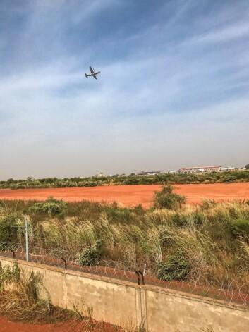 Hercules-flyettar av fra flyplassen i Bamako.