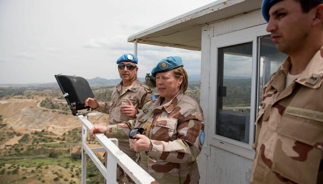 SEKTORBESØK: Generalmajor Kristin Lund under et besøk i en av tre sektorer i buffersonen på Kypros.