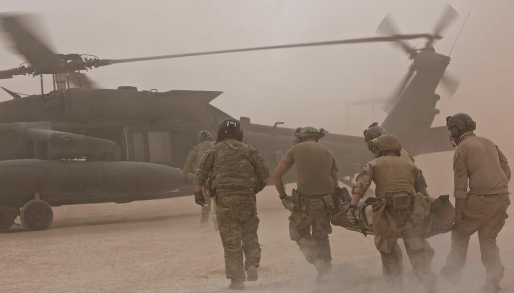 Det er større sannsynlighet for at man pådrar seg langt flere og større ekstrautgifter i forbindelse med fysiske skader, skriver Kjetil Bragstad Her ser vi norske soldater som trener på medisinsk evakuering i Irak.