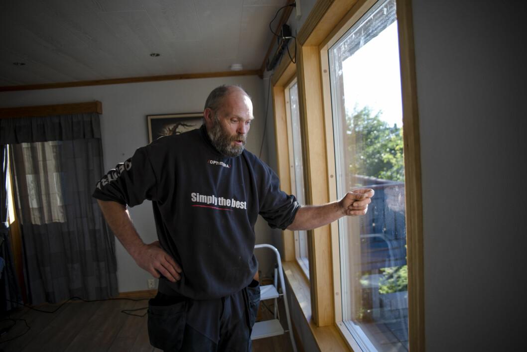 Mindre støy. Stig Hovde er én av de som bor i gul støysone i Ørland kommune. Han har fått skiftet ut flere vinduer for å redusere støyen ved Forsvarets F-35.
