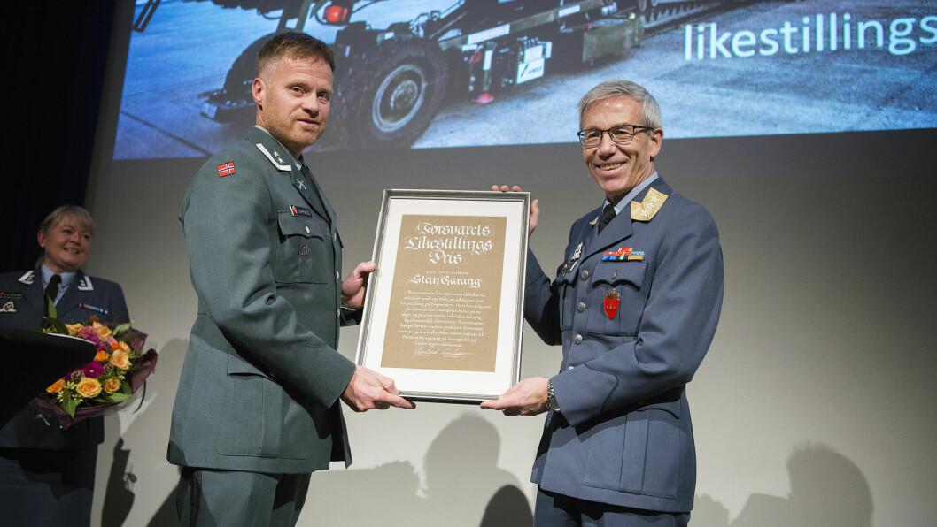 Stein Garang ble torsdag tildelt Forsvarets likestillingspris 2017. Generalløytnant Erik Gustavson sto for tildelingen.