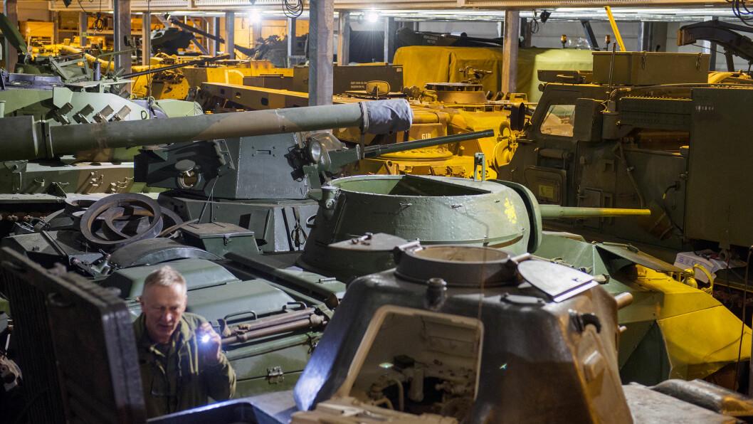Forsvarets museer skal bli mer moderne og profesjonelle. Samtidig ruster kjøretøy til titalls millioner kroner under åpen himmel og i bygg som skal rives. \n