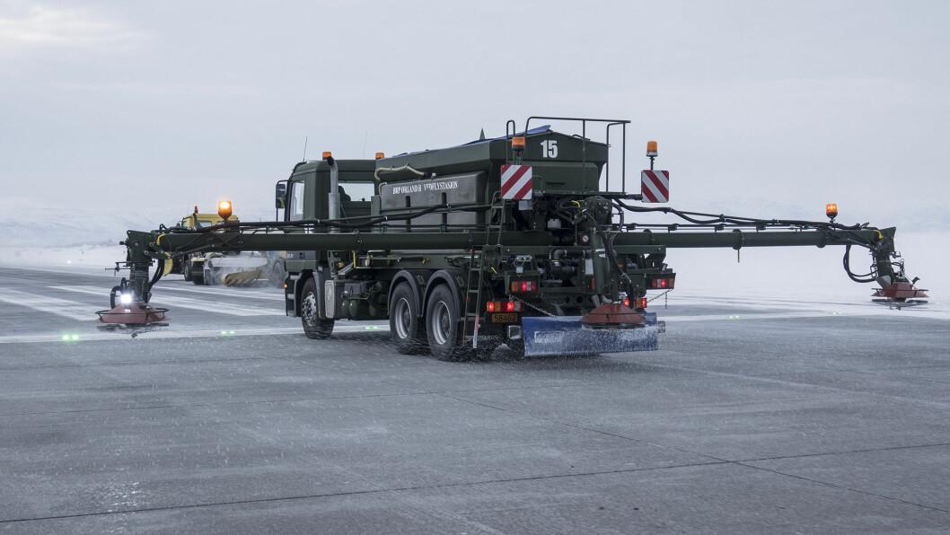 Rullebanen på Ørland avises ved hjelp av brøyting, kosting og påkjøring av Urea. Foto: Jan Terje Hellemsbakken.