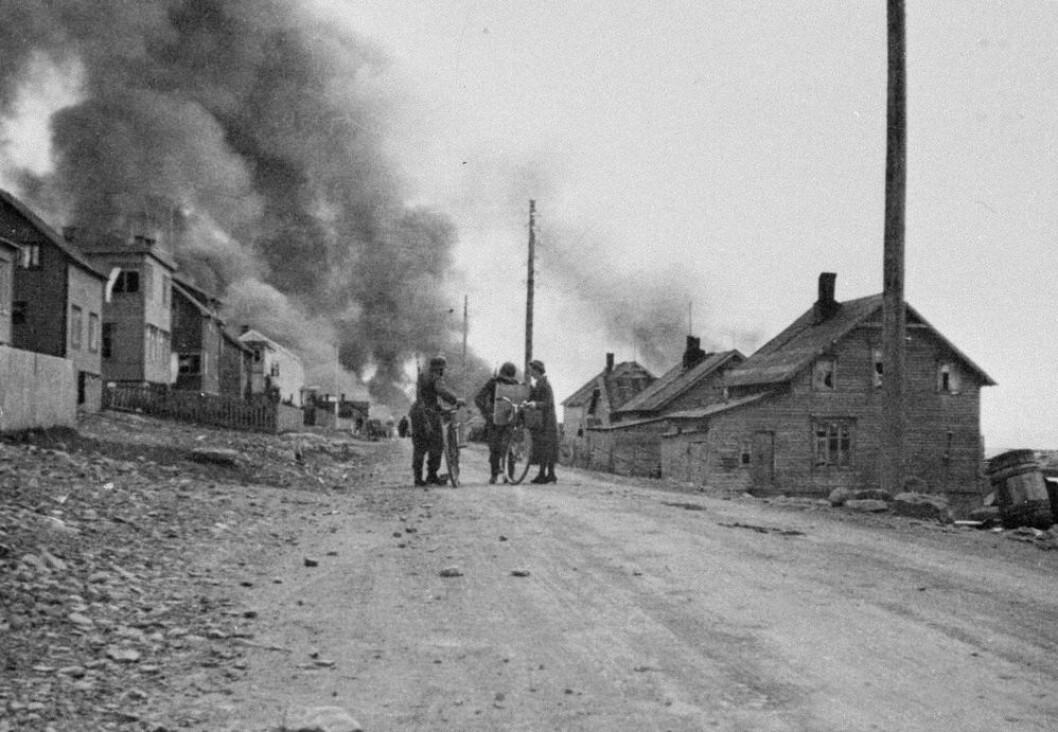 EN KATASTROFE: Brenningen og evakueringen av Nord-Troms og Finnmark høsten 1944 er ukjent historie for mange nordmenn. Foto: lengseletternatid.no/Scanpix