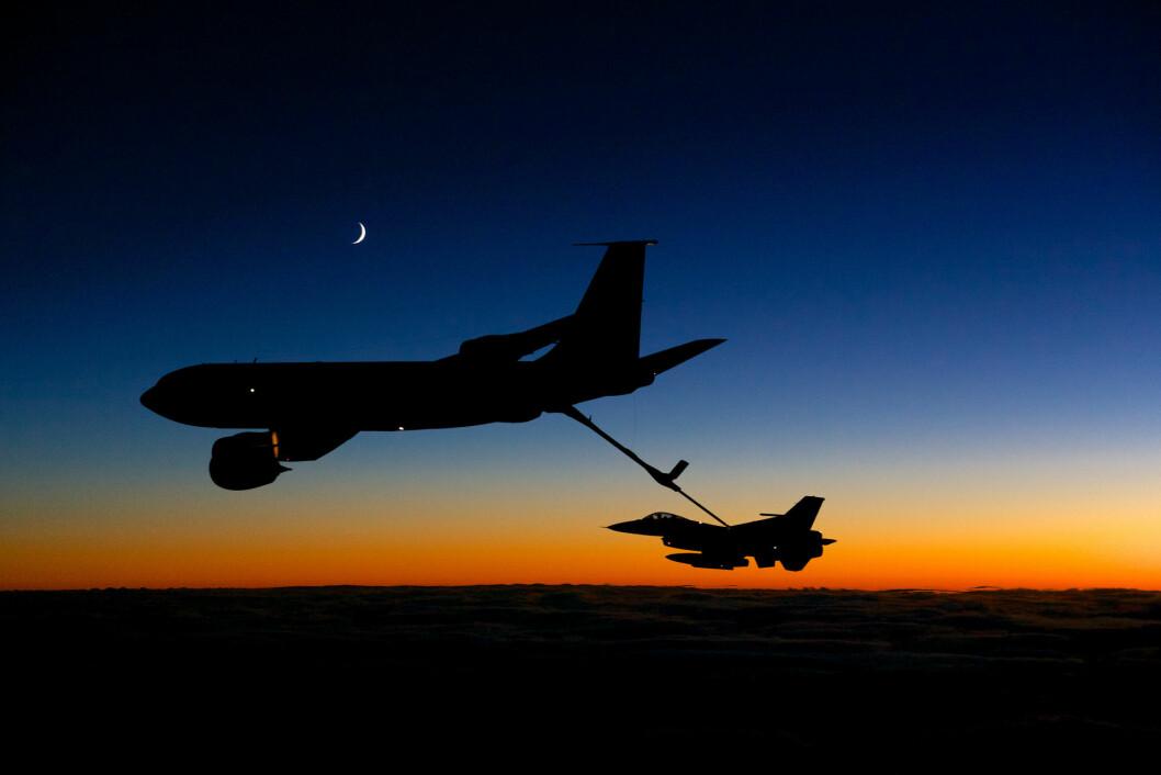 Et F-16-fly på øvelse fyller drivstoff. Foto: Morten Hancke.