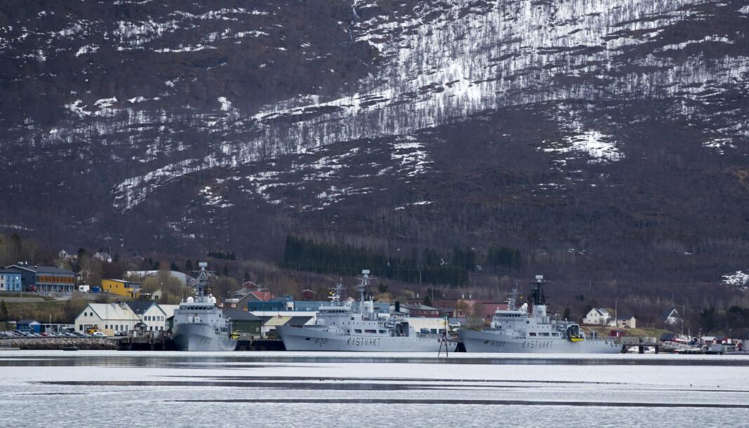 Smittevernshensyn må veies opp mot det operative, sier kommunikasjonssjef i Sjøforsvaret Torill Herland. Her ser vi kystvaktskip til kai ved Ramsund fra en tidligere anledning.