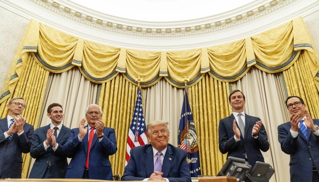 President Donald Trump omgitt av nære medarbeidere, deriblant sin svigersønn Jared Kushner (nummer to fra høyre) får applaus for avtalen som USA har forhandlet fram mellom Israel og Emiratene. Men mange spørsmål gjenstår, mener svensk forsker.