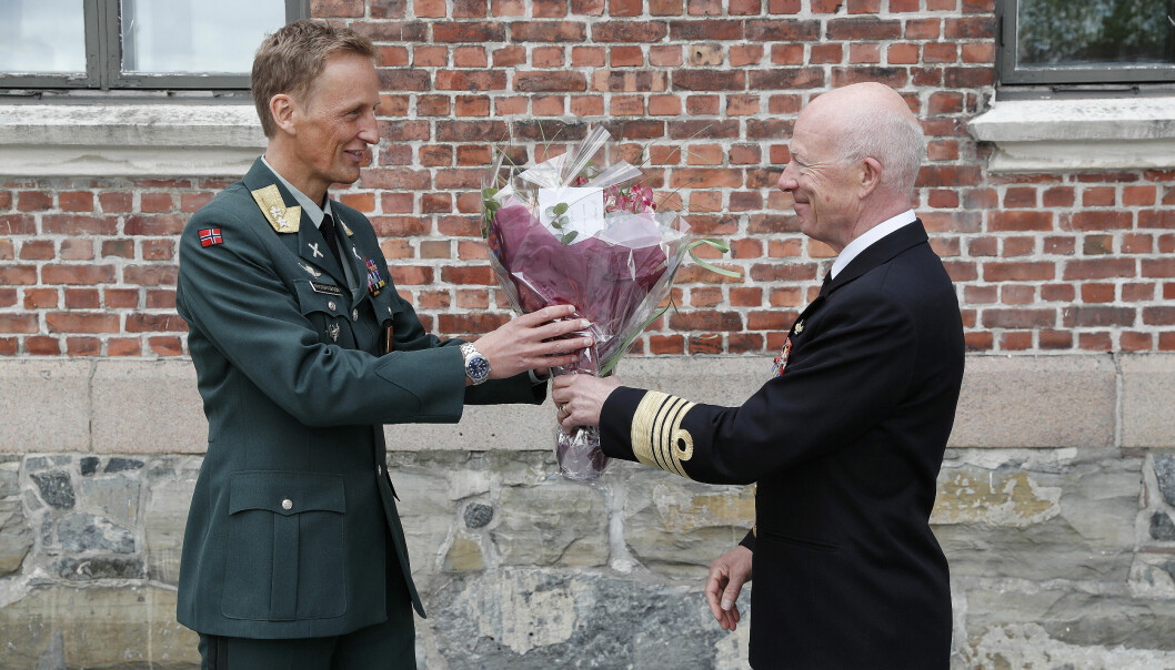 Eirik Kristoffersen fikk en blomsterbukett fra Haakon Bruun-Hanssen dagen det ble klart at han skulle ta over som forsvarssjef etter Bruun-Hanssen.