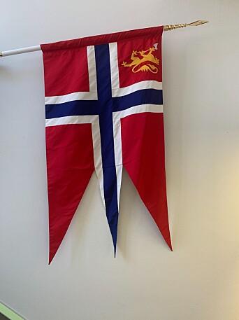 Forsvarssjefens kommandoflagg avbildet på hans kontor.
