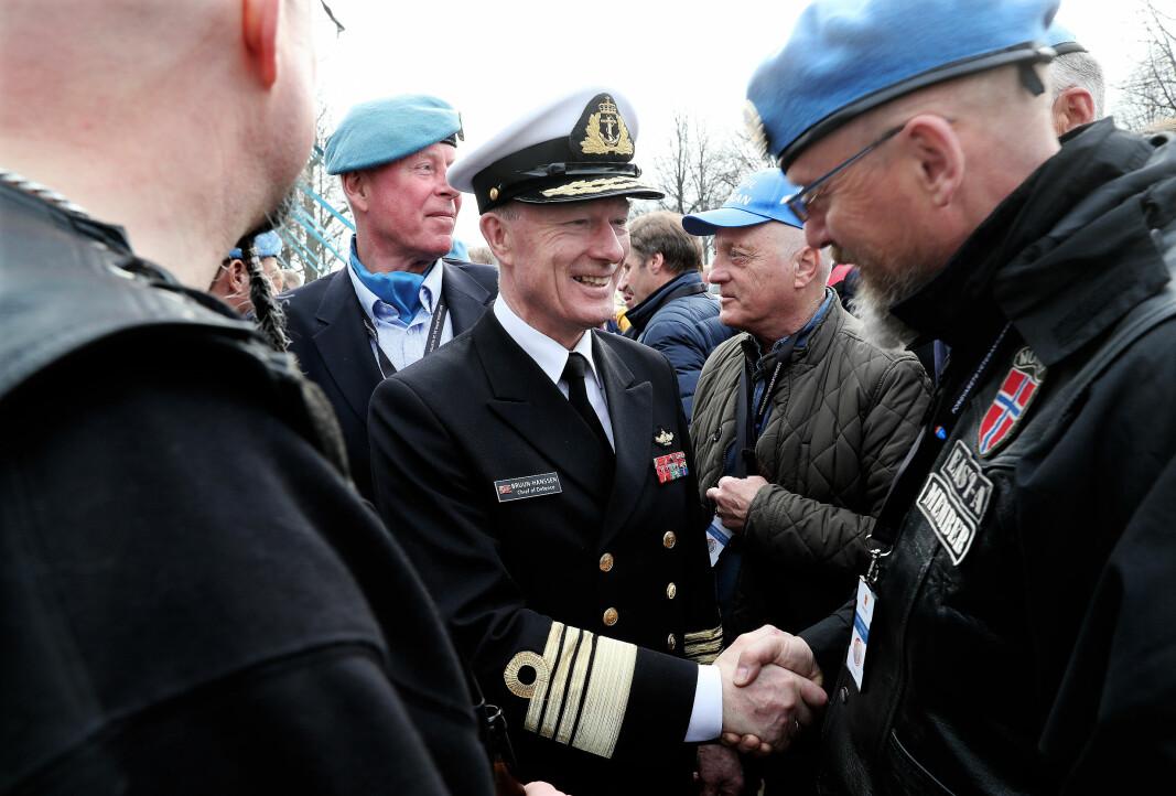Haakon Bruun-Hanssen hilser på UNIFIL-veteraner på Akershus festning under UNIFIL-jubileet 2018.