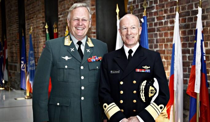 Haakon Bruun-Hanssen (t.h.) og Harald Sunde (t.v.). avbildet da førstnevnte ble utnevnt som ny forsvarssjef i 2013.