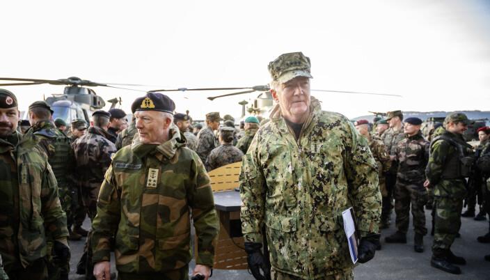 Admiral James G. Foggo (t.h) og forsvarssjef Haakon Bruun-Hanssen avslutter øvelsen Trident Juncture med å takke soldatene for innsatsen.