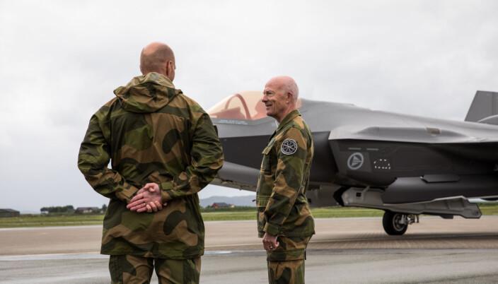 Haakon Bruun-Hanssen under et besøk ved Ørland flystasjon i juni.