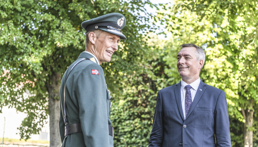 Påtroppende forsvarssjef Eirik Kristoffersen overtar kommandoen fra Haakon Bruun-Hanssen under en seremoni på Akershus Festning. Her med forsvarsminister Frank Bakke-Jensen.