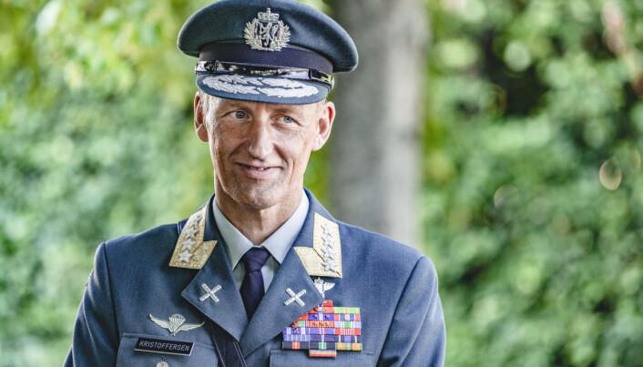 Påtroppende forsvarssjef Eirik Kristoffersen overtar kommandoen fra Haakon Bruun-Hanssen under en seremoni på Akershus festning.