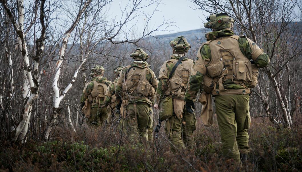 Soldatar på øving langs den norsk-russiske grensa. David Kilcullen vitja grensa i 2016.