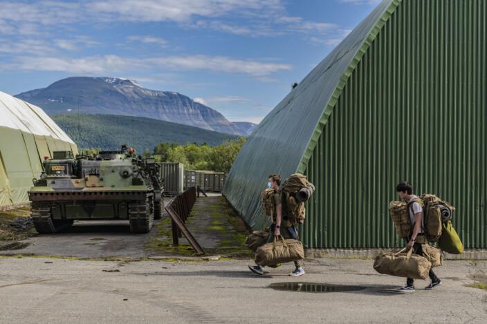Etter mønstring bærer rekruttene med seg utstyret til kasernen.