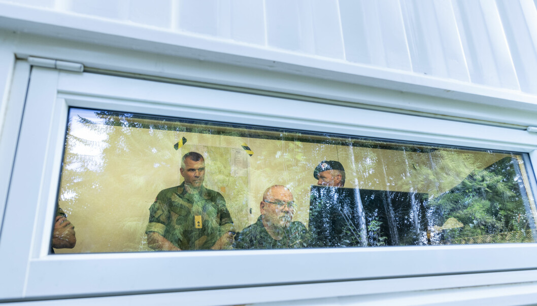 Sjef Hæren, Lars Lervik følger med på testskytingen. Han fikk også prøve seg som skytter på K9.