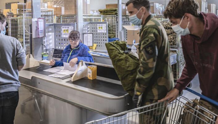 Laila Solberg tar imot rekrutter på depotet i Skjold leir.