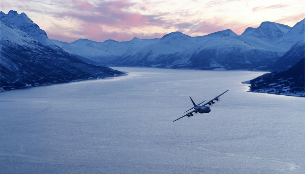 Et norsk Hercules C-130J over en fjord i Nordland under vintervelsen Cold Response 10