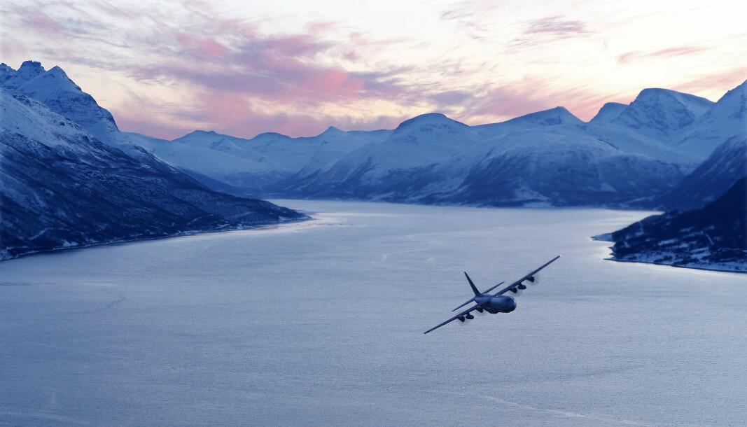 Lavtflyging i formasjon om natten. Det høres risikabelt ut, skriver tidligere flyger i Luftforsvaet Morten Åsli . Her ser vi norsk Hercules C-130J over en fjord i Nordland.