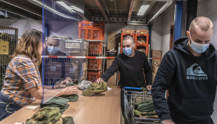 Rekruttene henter ut PBU i Skjold leir.