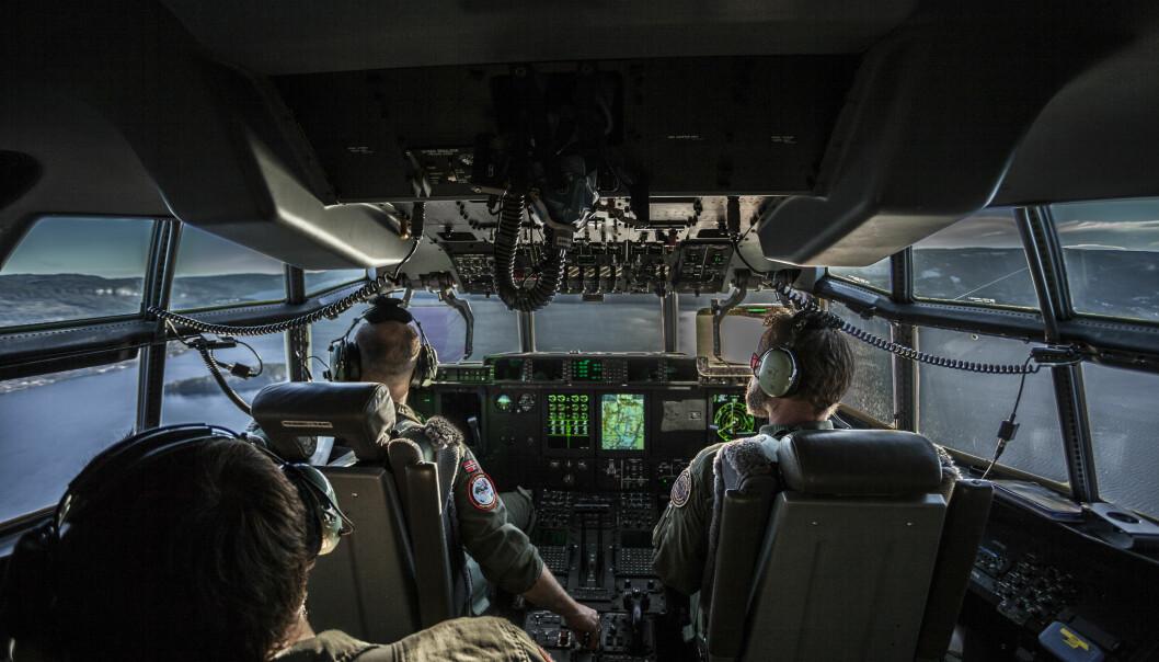 C-130 cockpit under strategisk luftevakuering /   C-130 cockpit under strategic air evacuation